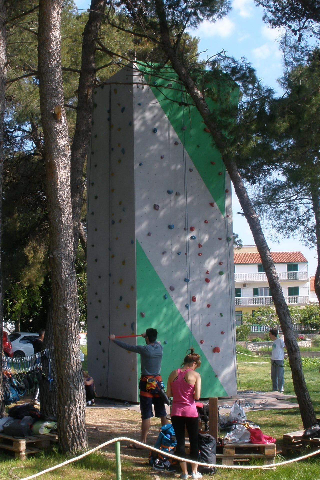 Penjači se pripremaju za penjanje na Vertikali