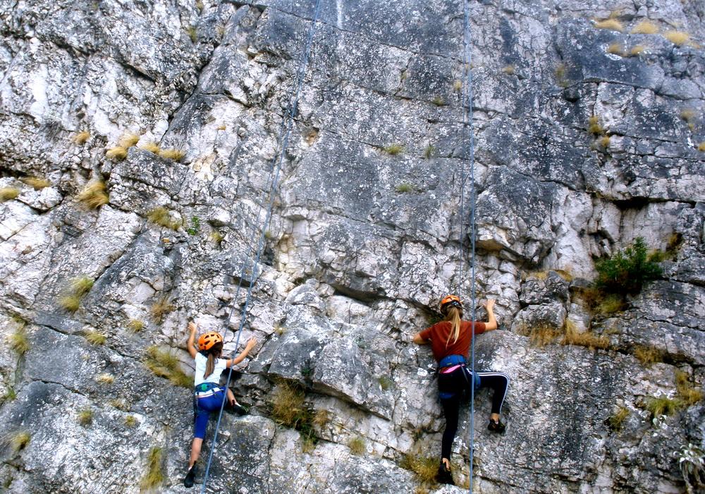 Dvije penjačice na stijeni