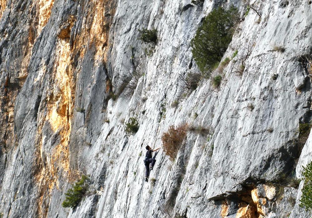 Penjač na prirodnoj stijeni